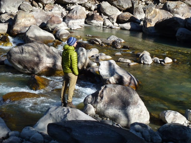 Himalayan Journey, ein Kunde steht am Wasser, reflektierend