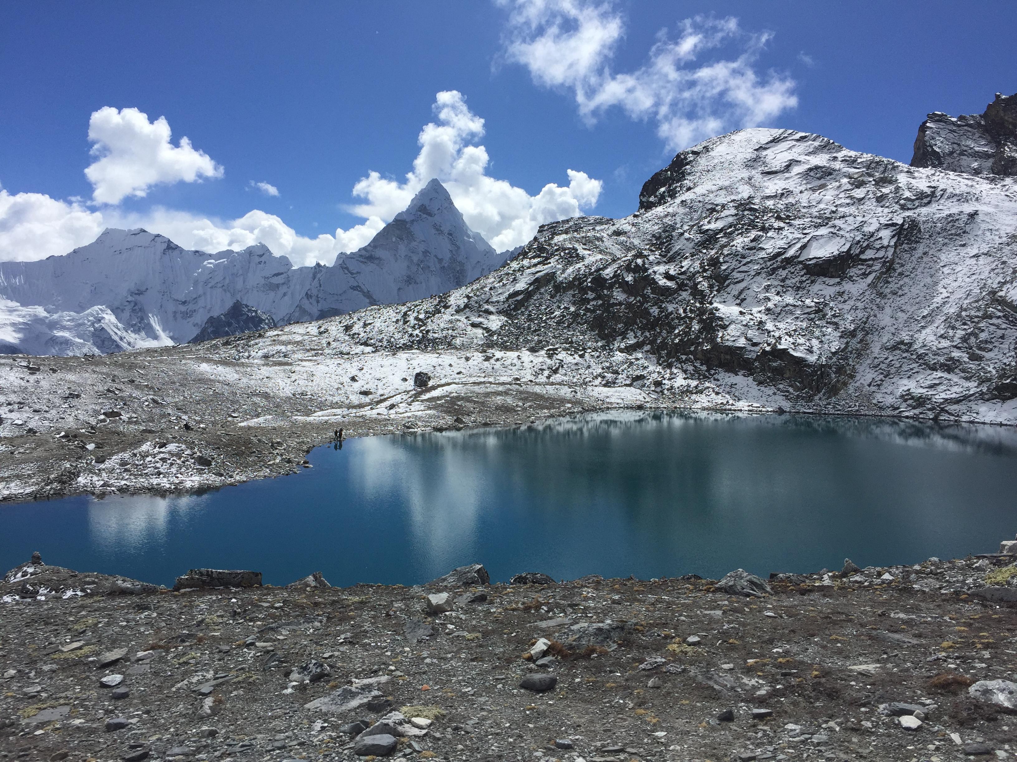 himalaya reisen, ein bergsee im everest gebiet