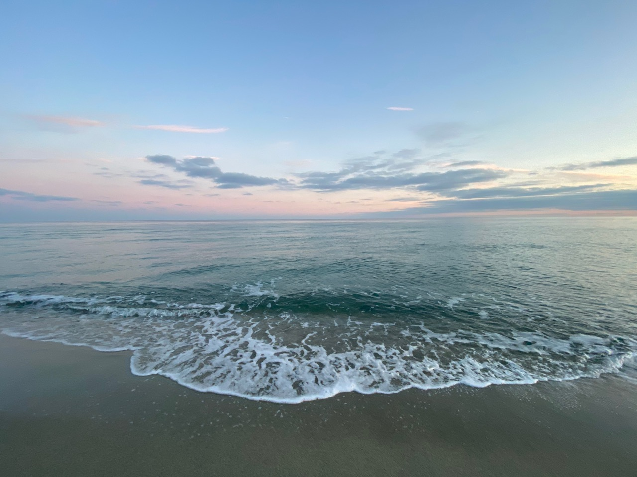 meereswelle am strand in abendlicht