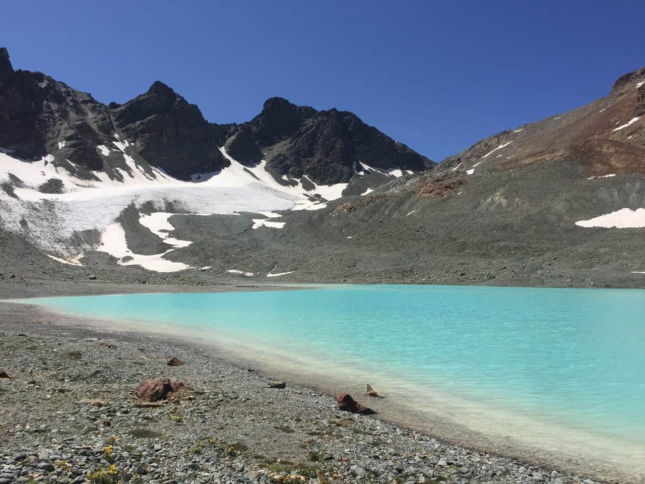 auszeit schweiz an türkisfarbenem bergsee