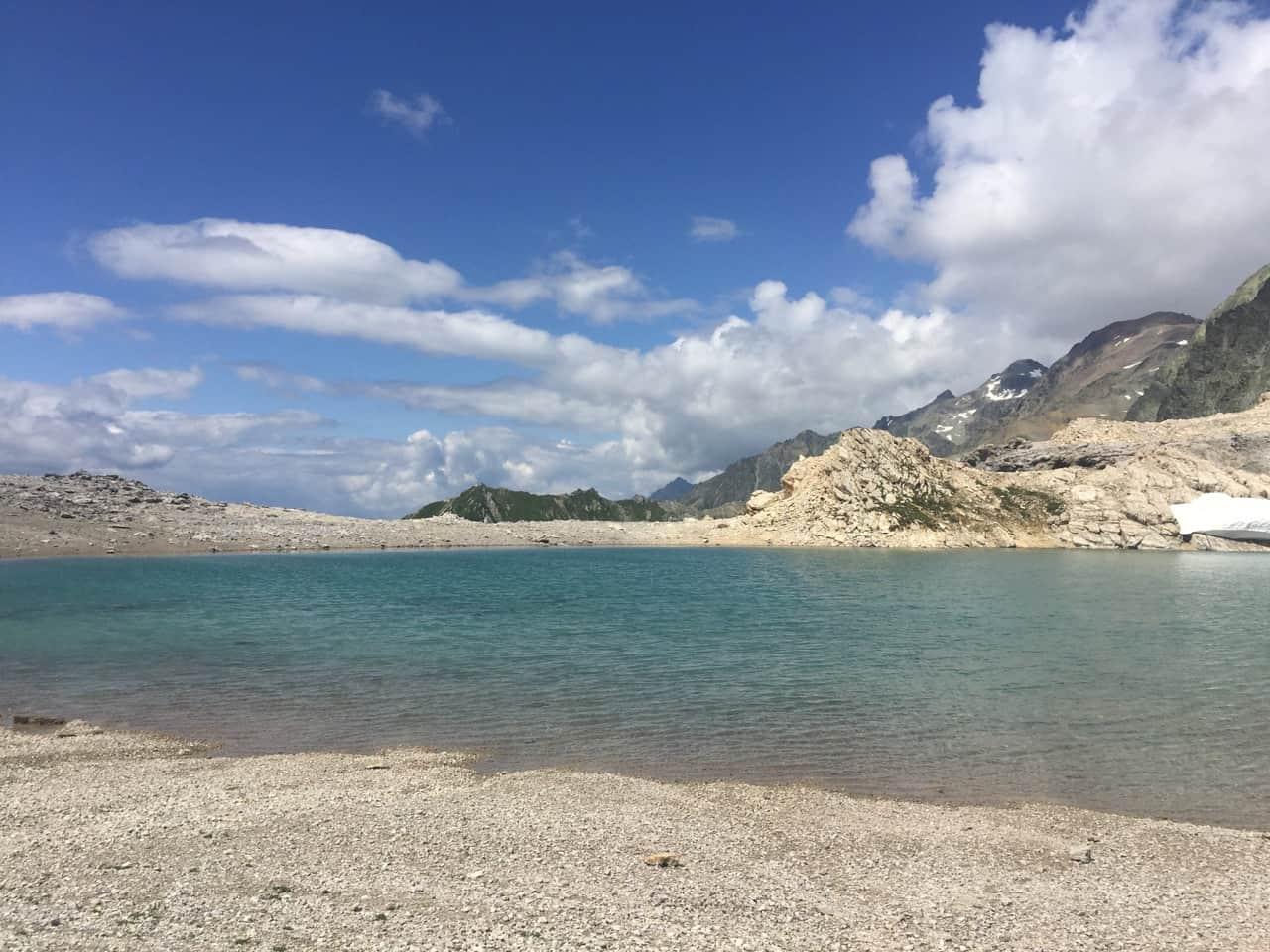 auszeit natur symbolisiert durch turkisfarbenen bergsee im graubünden