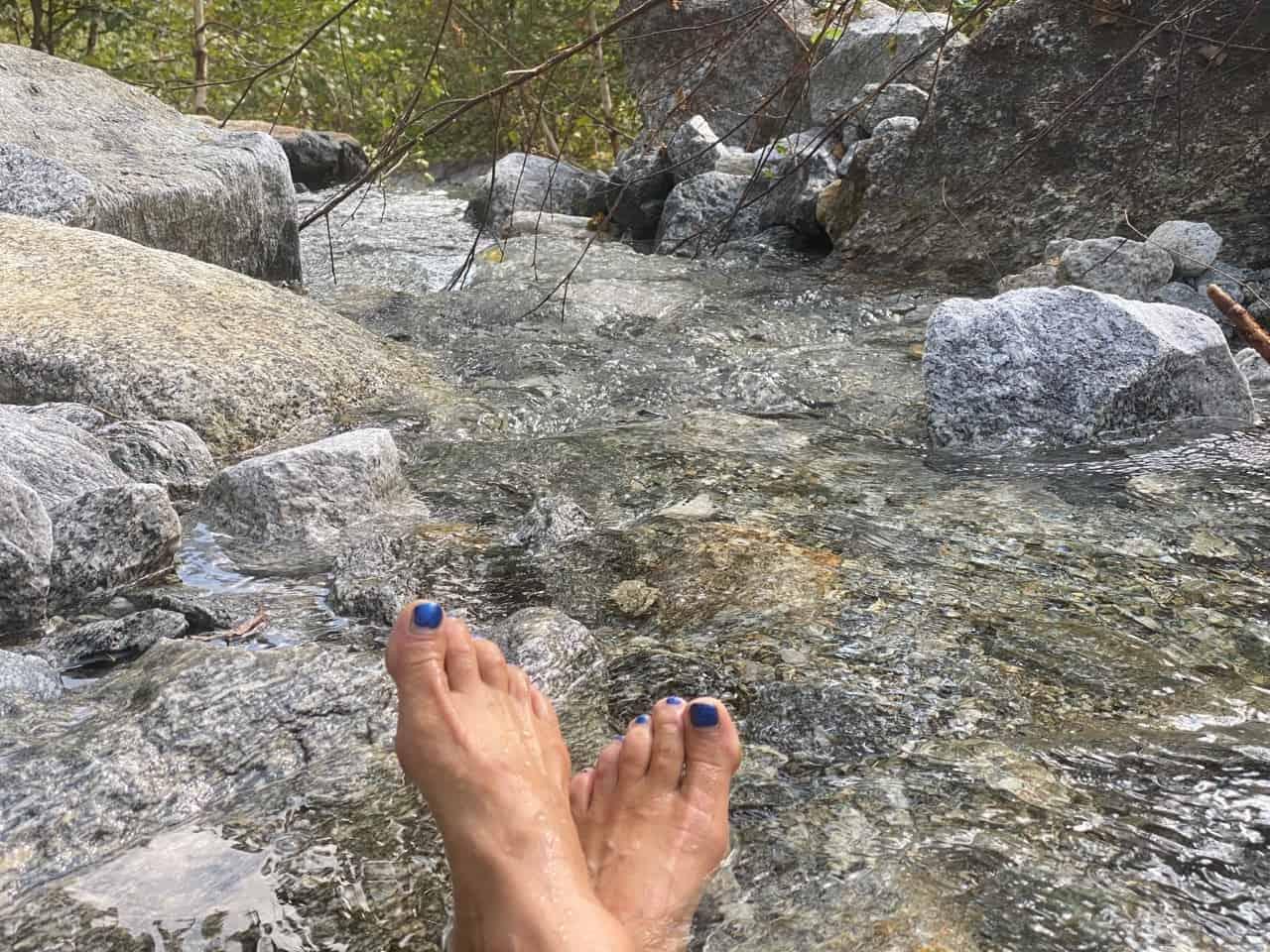 auszeit schweiz, am bergbach mit nackten füssen