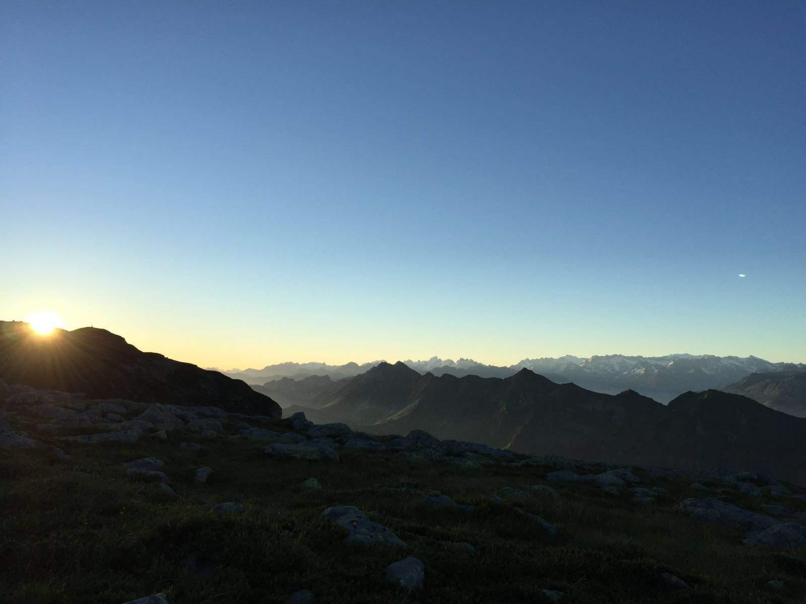 auszeit schweiz, sonnenaufgang vor bergpanorama im berner oberland