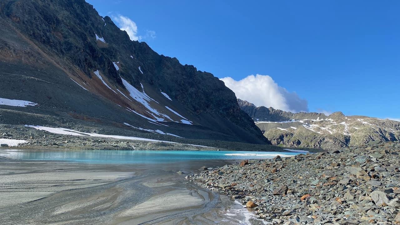 auszeit schweiz im graubünden, türkisfarbener gletschersee inmitten karger gerölllandschaft