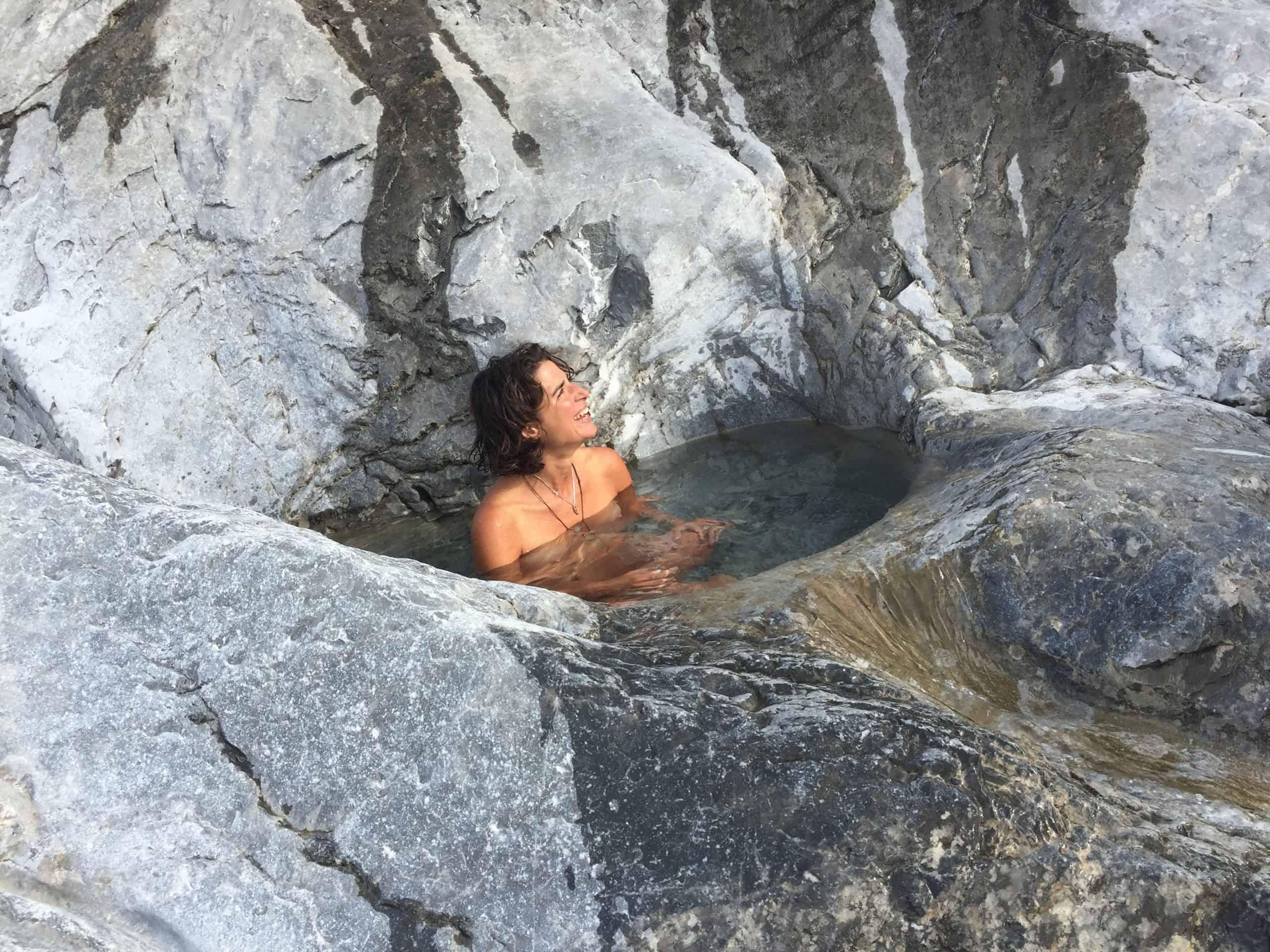 auszeit schweiz, baden im kühlen bergbach
